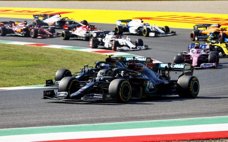 Lewis Hamilton pred Valtterim Bottasom, po reštarte VC Toskánska 2020