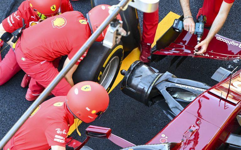 Sebastian Vettel – výmena pneumatík a úprava predného krídla, v boxoch