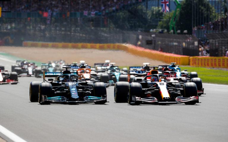 Lewis Hamilton a Max Verstappen po štarte VC Veľkej Británie 2021