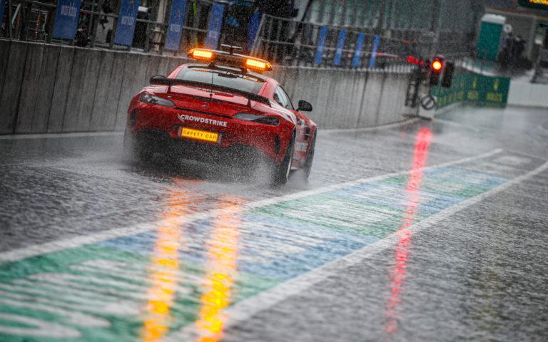 Bezpečnostné vozidlo safety car v daždi