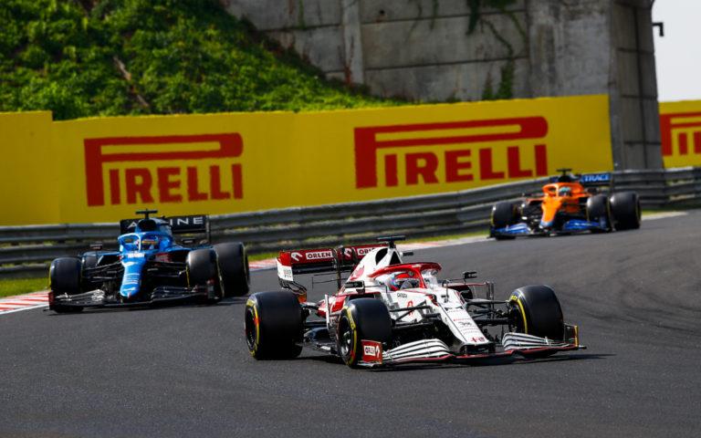 Kimi Räikkönen pred Fernandom Alonsom