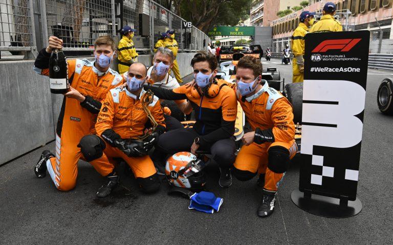 Mechanici McLarenu oslavujú tretie miesto Landa Norrisa