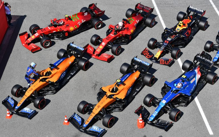 Autá v parc fermé, Norris, Ocon, Ricciardo, Pérez, Leclerc, Sainz
