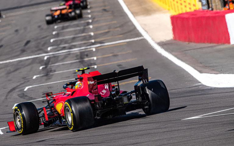 Carlos Sainz mieri na štartový rošt, Ferrari zozadu