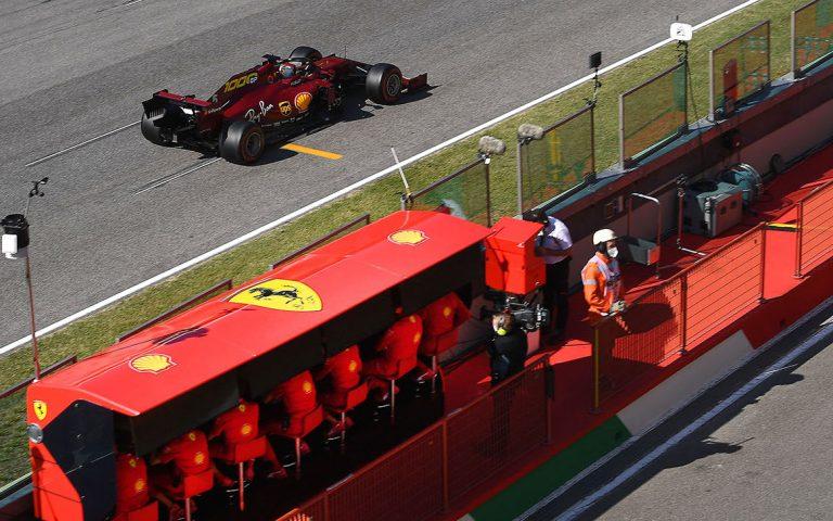 Sebastian Vettel a boxový múrik Ferrari