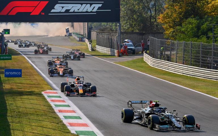 Valtteri Bottas a Max Verstappen po štarte šprintových pretekov na VC Talianska 2021