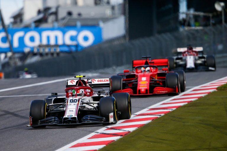 Antonio Giovinazzi, za ním Sebastian Vettel a Kimi Räikkönen