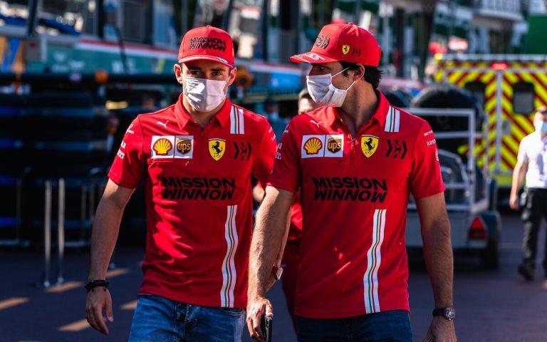 Charles Leclerc a Carlos Sainz