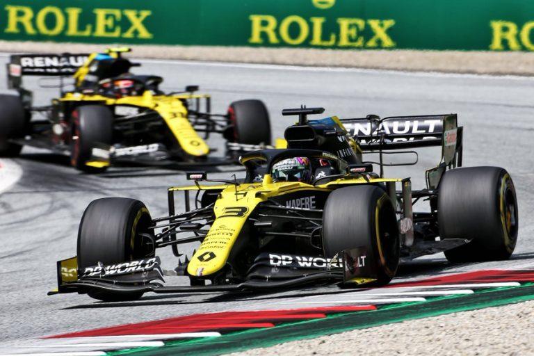 Daniel Ricciardo za ním Esteban Ocon