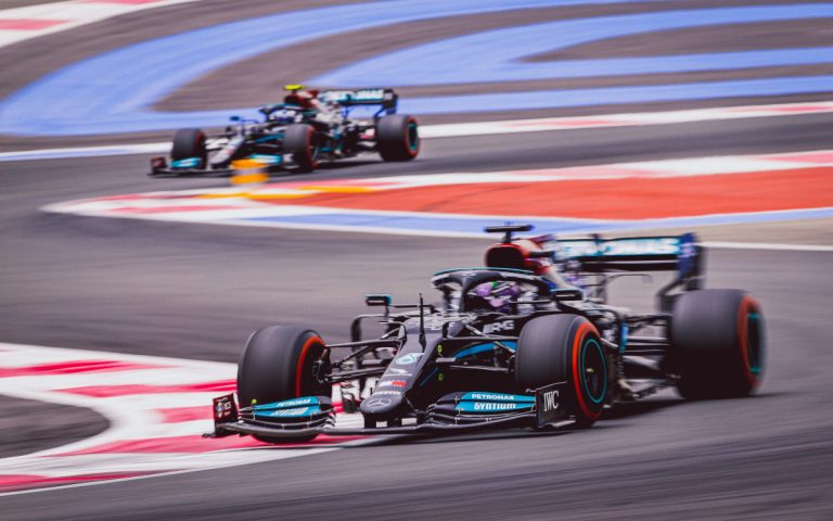 Lewis Hamilton pred Valtterim Bottasom