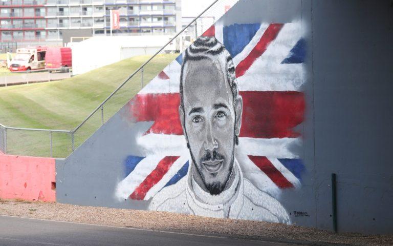 Maľba Lewisa Hamiltona v Silverstone
