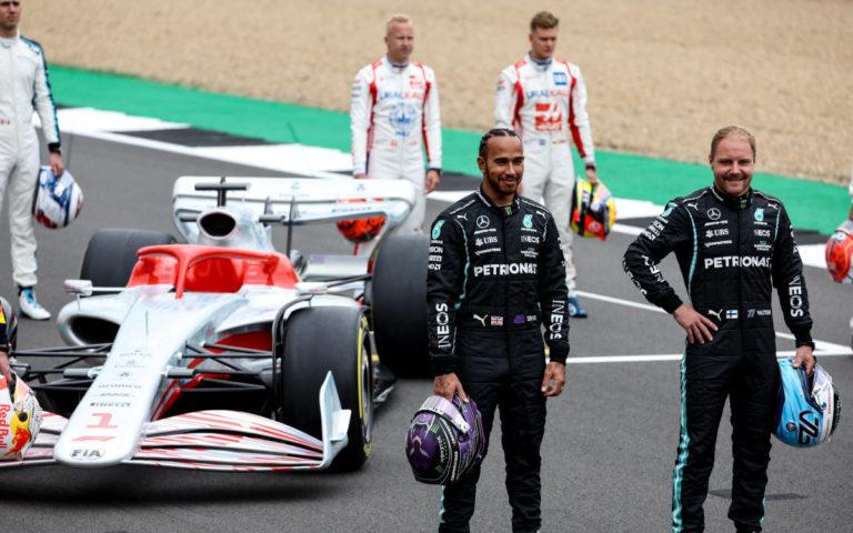Lewis Hamilton a Valtteri Bottas pred monopostom pre rok 2022
