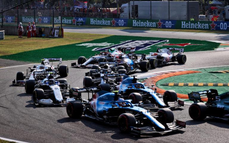 Esteban Ocon a Fernando Alonso po štarte šprintu na VC Talianska 2021