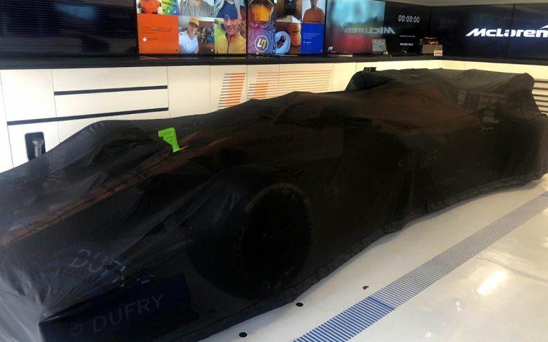 Zakryté auto McLarenu MCL35