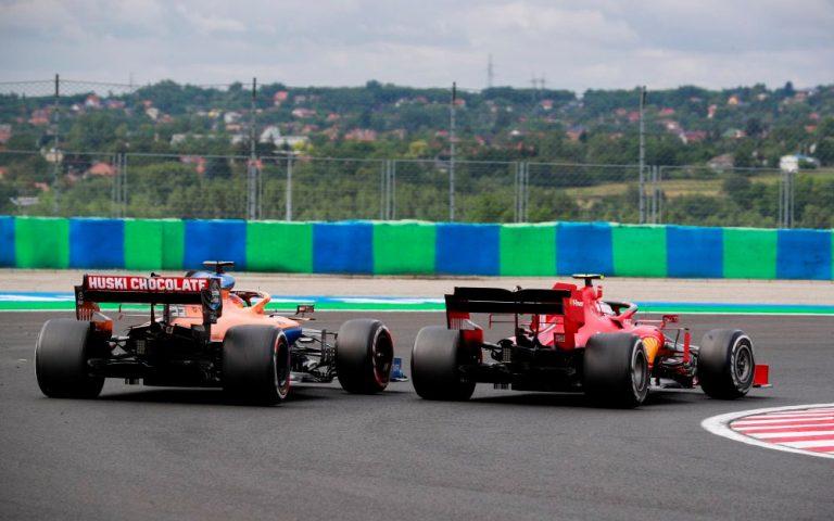 Carlos Sainz v súboji s Charlesom Leclercom