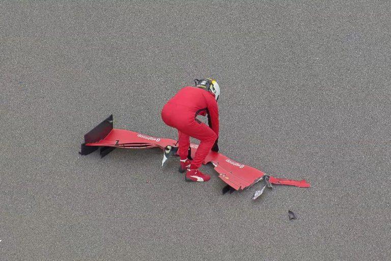 Sebastian Vettel upratuje predné krídlo