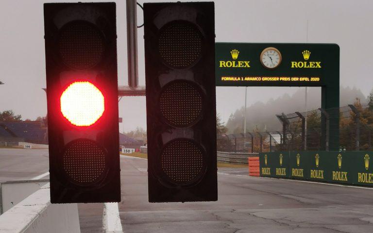 červená, svetlá na konci boxovej uličky na Nürburgringu
