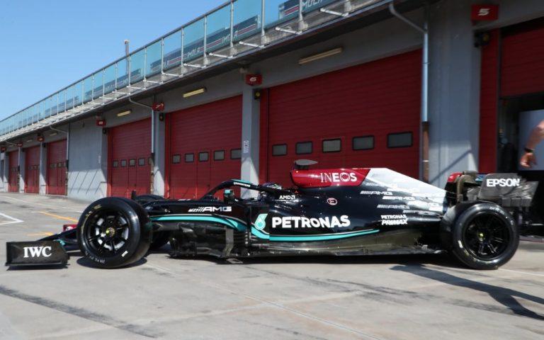 Lewis Hamilton na testoch osemnásťpalcových pneumatík Pirelli