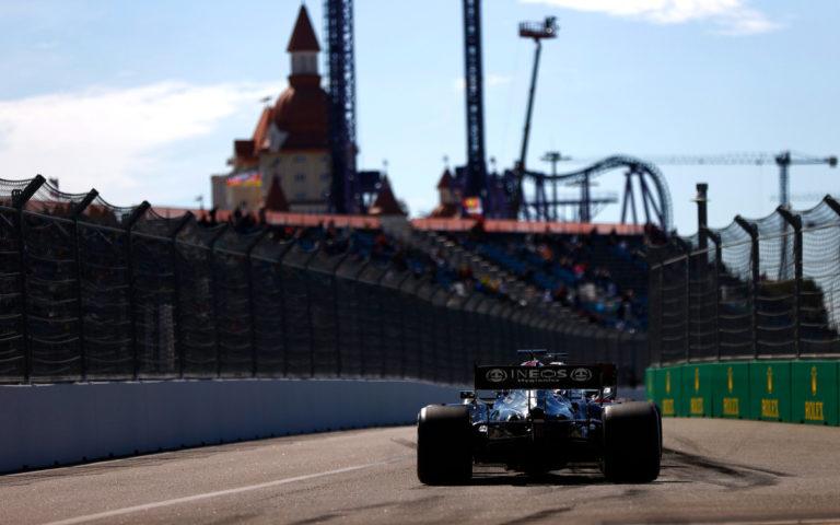 Lewis Hamilton, Mercedes zozadu, na konci boxovej uličky