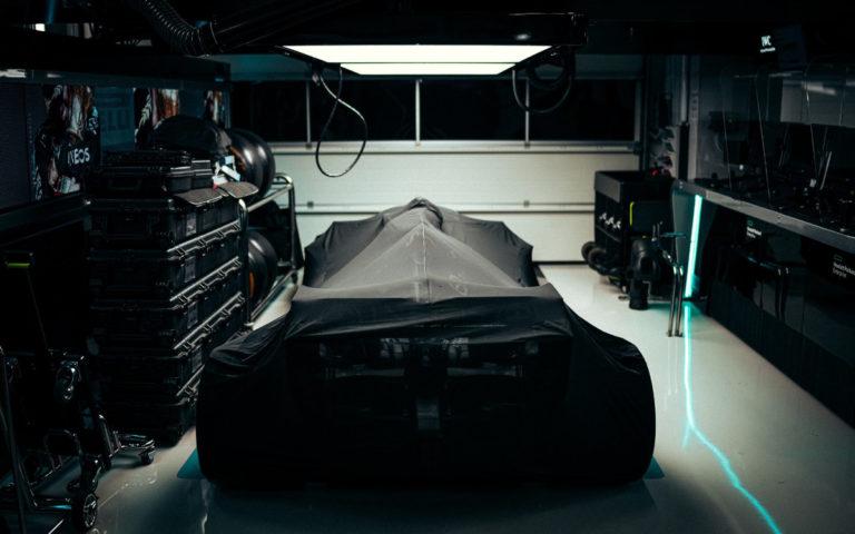 Zakrytý monopost Mercedesu, parc fermé