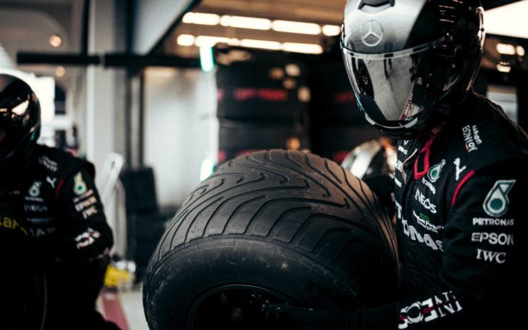 Mechanik Mercedesu s intermediálnou pneumatikou Pirelli