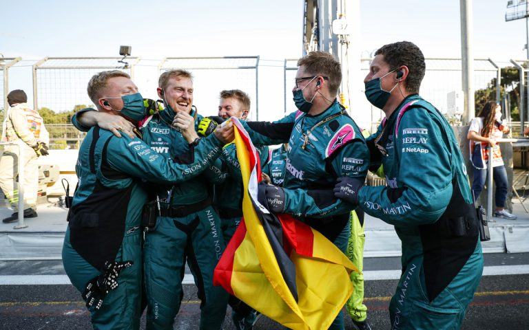Mechanici Aston Martinu sa radujú z pódia Sebastiana Vettela