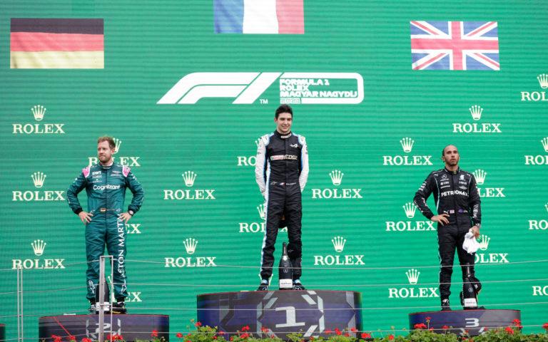Esteban Ocon, Sebastian Vettel, Lewis Hamilton na pódiu VC Maďarska 2021