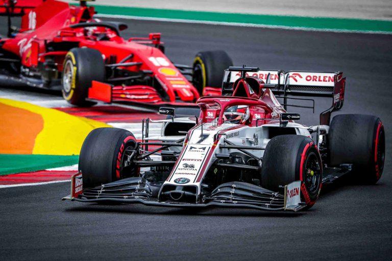 Kimi Räikkönen za ním Charles Leclerc