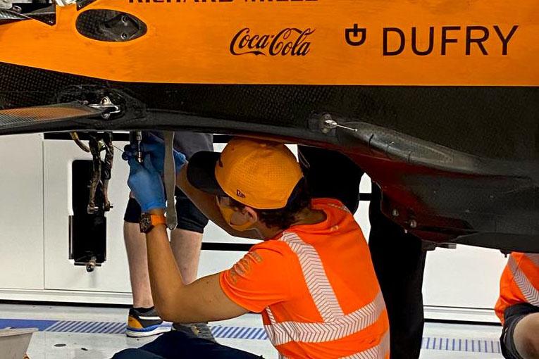 Lando Norris opravuje auto