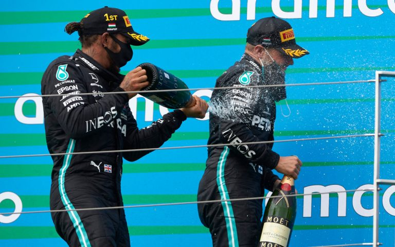 Lewis Hamilton a Valtteri Bottas na pódiu
