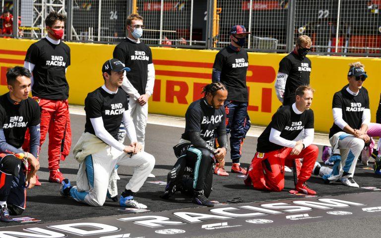 Lewis Hamilton – pokľaknutie vo Veľkej Británii
