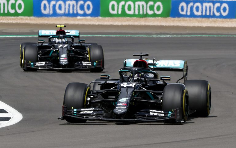 Lewis Hamilton pred Bottasom
