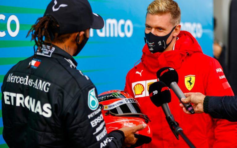 Lewis Hamilton si preberá prilbu Michaela Schumachera
