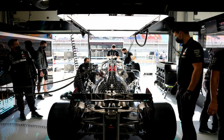 Lewis Hamilton v garáži