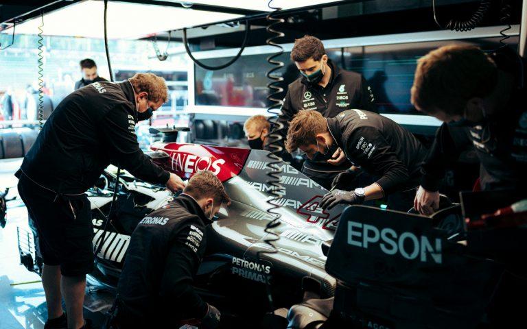 Mechanici Mercedesu pracujú na aute Lewisa Hamiltona