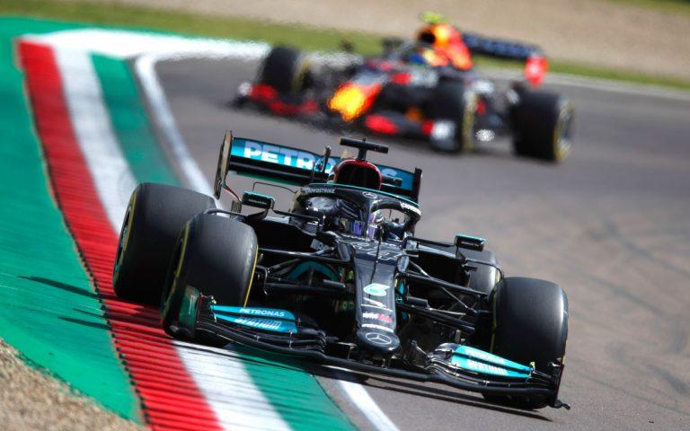 Lewis Hamilton pred Sergiom Pérezom