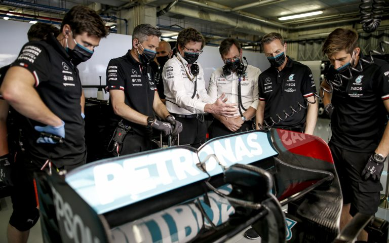 Inžinieri Mercedesu skúmajú zadnú časť auta