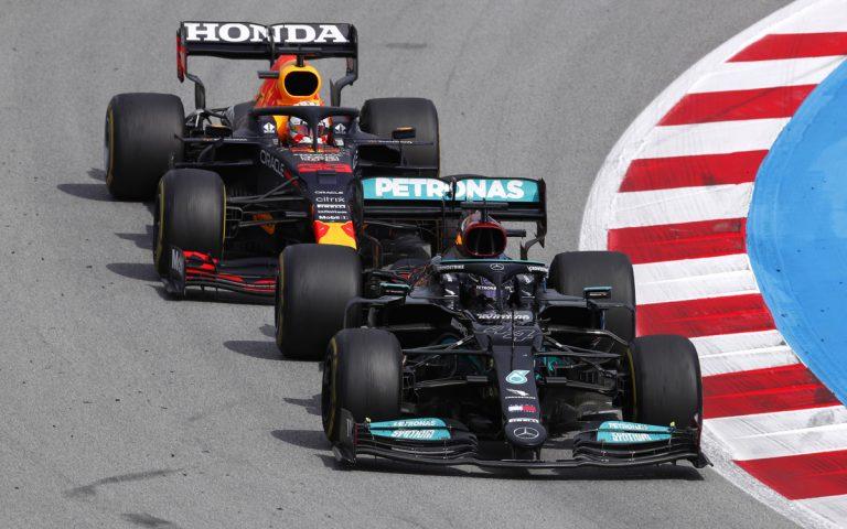 Lewis Hamilton pred Maxom Verstappenom