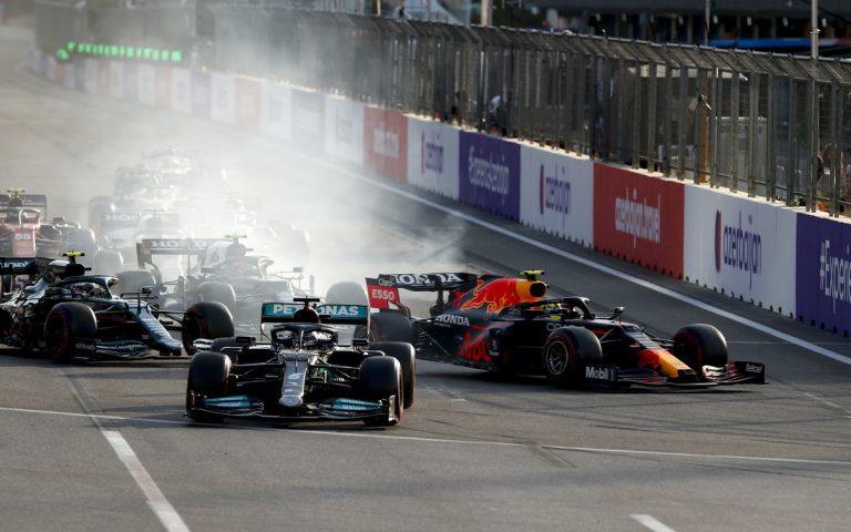 Lewis Hamilton prebrdil po reštarte VC Azerbajdžanu 2021, Pérez na čele