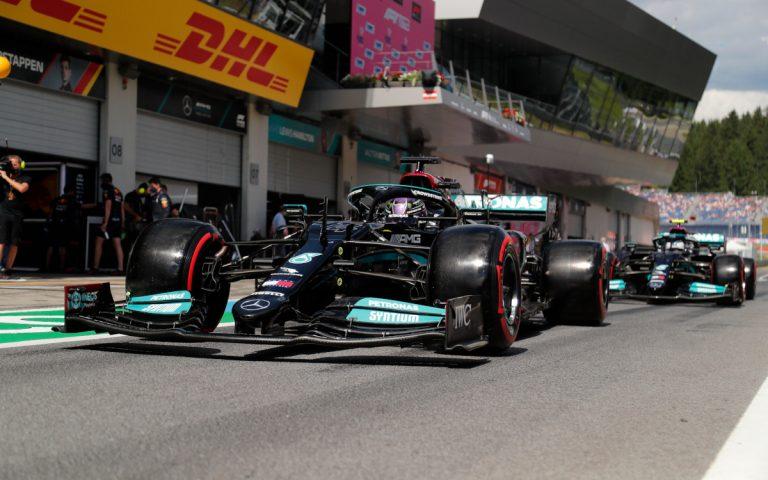 Lewis Hamilton pred Valtterim Bottasom v boxovej uličke