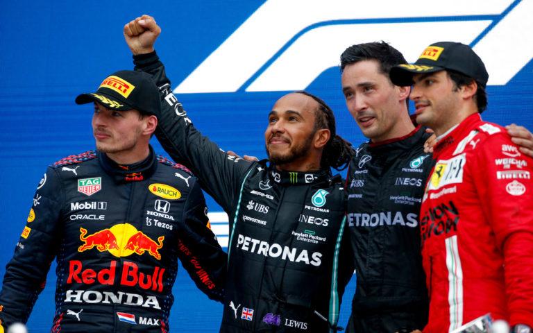 Lewis Hamilton, Max Verstappen a Carlos Sainz na pódiu VC Ruska 2021