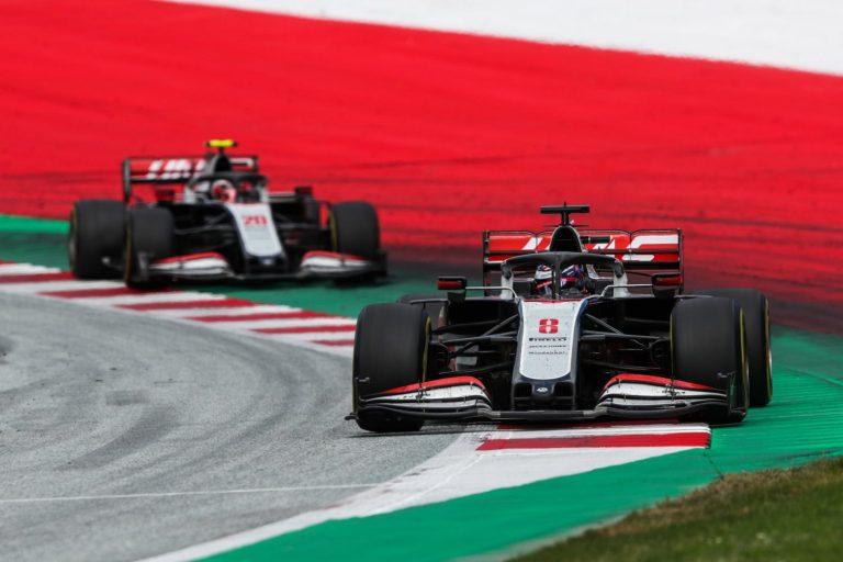 Romain Grosjean za ním Kevin Magnussen