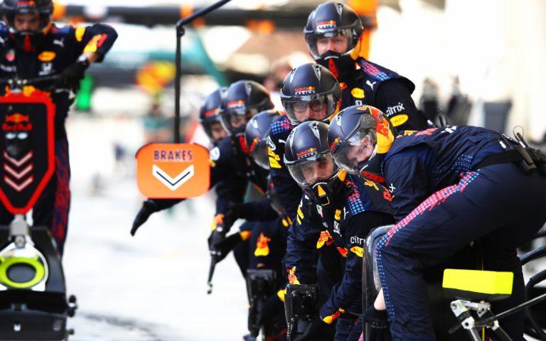 Mechanici Red Bullu čakajú na zastávku v boxoch