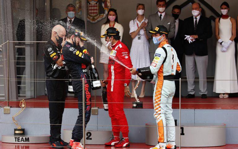 Max Verstappen, Carlos Sainz, Lando Norris so šampanským