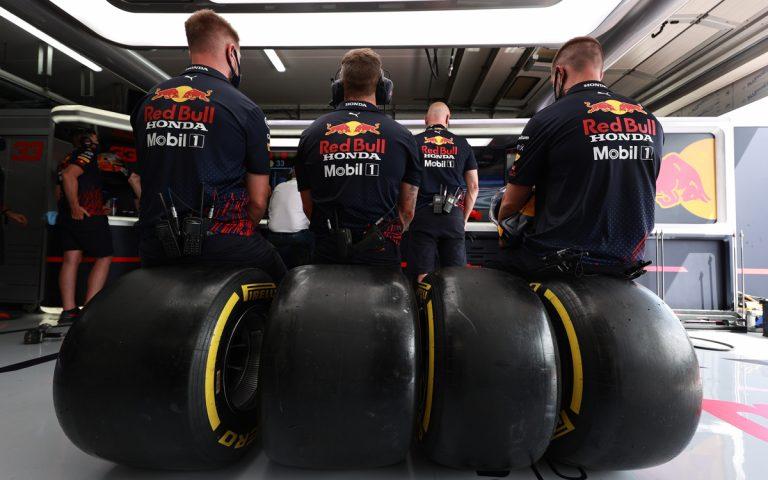 Mechanici Red Bullu sedia na pneumatikách Pirelli