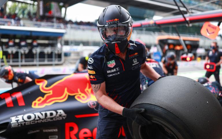 Mechanik Red Bullu s pneumatikou Pirelli