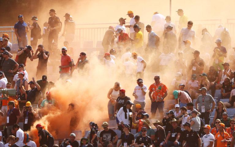 Fanúšikovia Maxa Verstappena a oranžové dymovnice