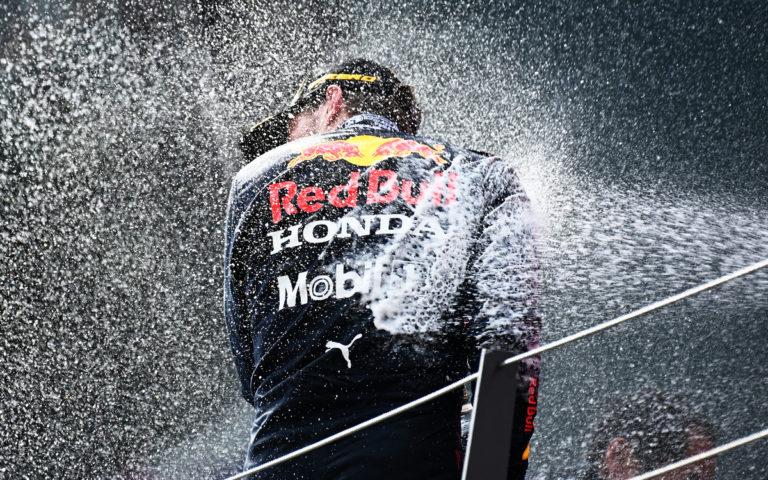 Max Verstappen so šampanským