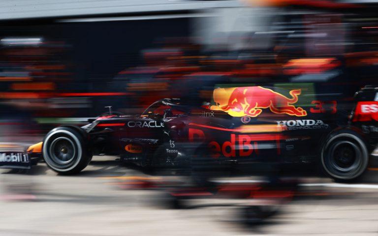 Max Verstappen v boxoch;