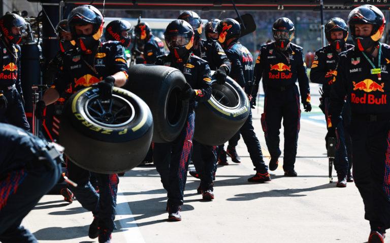 Mechanici Red Bullu odnášajú pneumatiky Pirelli